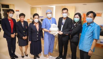 """ร่วมสร้างความสุขสุดพิเศษ…กลุ่มทรู และมูลนิธิออทิสติกไทย  ส่งมอบหมวกฝีมือน้องออทิสติก 2,447 ใบ แก่ โรงพยาบาลจุฬาภรณ์ เพื่อมอบต่อผู้ป่วยมะเร็งทั่วประเทศ ใน """"โครงการ 1 การให้ได้สุขคูณ 2"""""""